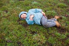 Jongen die op gras liggen Stock Afbeeldingen