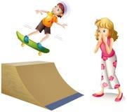 Jongen die op houten helling met een skateboard rijden Stock Foto's