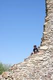 Jongen die op rotsen beklimt Stock Afbeelding