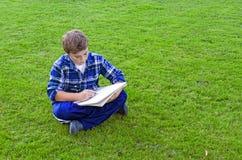 Jongen die op Schetsstootkussen trekken stock fotografie
