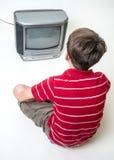 Jongen die op TV let Royalty-vrije Stock Foto's