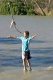 Jongen die op water loopt Stock Fotografie