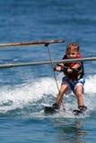 Jongen die op waterskis wordt gesleept Royalty-vrije Stock Foto