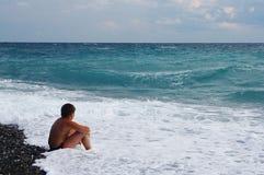 Jongen die op zee kijkt Stock Fotografie