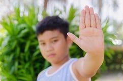 Jongen die open de handsignaal tonen van het palmeinde stock foto's