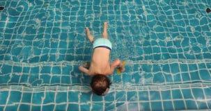 Jongen die in openlucht zwembad zwemmen stock video