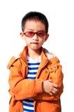 Jongen die oranje jasje draagt Stock Foto's