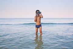 Jongen die in overzees snorkelen stock afbeeldingen