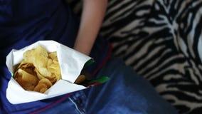 Jongen die Pakket Chips ongezond voedsel eten stock footage