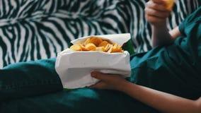 Jongen die Pakket Chips ongezond voedsel eten stock videobeelden