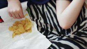Jongen die Pakket Chips ongezond voedsel eten stock video