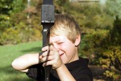 Jongen die Pijl richt Stock Foto's