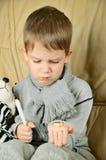 Jongen die pillen in zijn handverticaal houden Stock Afbeelding