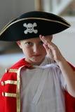 Jongen die piraatkostuum draagt Stock Foto