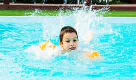 Jongen die in pool zwemmen stock fotografie