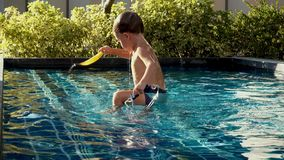 Jongen die in pool zwemmen stock videobeelden