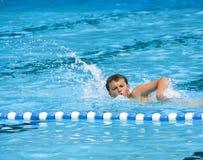 Jongen die in pool zwemt Royalty-vrije Stock Fotografie