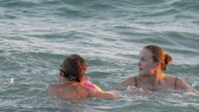 Jongen die pret in water met mum hebben stock video