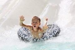 Jongen die pret in waterpark heeft stock afbeeldingen