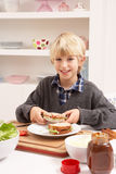 Jongen die Sandwich in Keuken maakt Royalty-vrije Stock Afbeelding