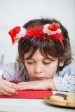 Jongen die Santa Headband Writing Letter To-Kerstman dragen royalty-vrije stock foto's