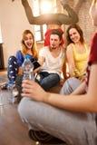 Jongen die selfie met vrienden op pauze in dansende ruimte nemen royalty-vrije stock foto