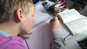 Jongen die in Slaapkamer bestuderen die Laptop met behulp van stock video