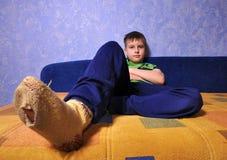 Jongen die sokken met gaten in hen draagt royalty-vrije stock foto's