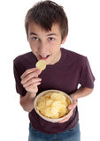 Jongen die spaandersnack eet en omhoog kijkt Stock Fotografie