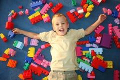 Jongen die in speelkamer legt Stock Foto