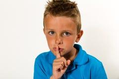 Jongen die stil gebaar maken houden royalty-vrije stock afbeeldingen