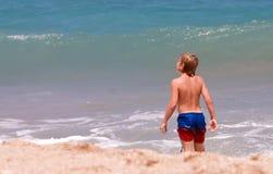 Jongen die strand onderzoekt stock foto