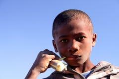 Jongen die suikerriet eet Royalty-vrije Stock Afbeelding