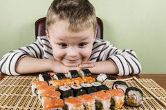Jongen die sushi eten Royalty-vrije Stock Foto's