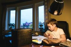 Jongen die Thuiswerk doet royalty-vrije stock afbeeldingen