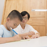 Jongen die thuiswerk met tutorship doen Royalty-vrije Stock Foto's