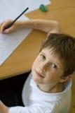 Jongen die thuiswerk/tekening doet Royalty-vrije Stock Afbeeldingen