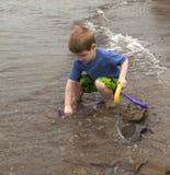 Jongen die van het Spelen in Water geniet Royalty-vrije Stock Foto's