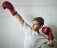 Jongen die Victory Confidence Posing Winning Concept in dozen doen Royalty-vrije Stock Fotografie