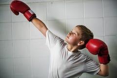 Jongen die Victory Confidence Posing Winning Concept in dozen doen Stock Foto