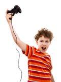 Jongen die videospelletjecontrolemechanisme met behulp van Royalty-vrije Stock Foto's