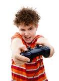 Jongen die videospelletjecontrolemechanisme met behulp van Royalty-vrije Stock Foto