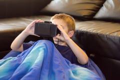 Jongen die virtuele werkelijkheid ervaren Royalty-vrije Stock Fotografie