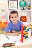 Jongen die voor basisschool voorbereidingen treft royalty-vrije stock afbeelding