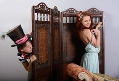 Jongen die voor het meisje spioneren Stock Foto