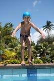 Jongen die voorbereidingen treft te zwemmen stock foto's