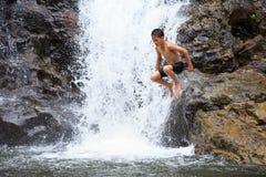 Jongen die in Water springen Stock Fotografie