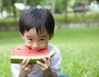 Jongen die watermeloen eet Royalty-vrije Stock Afbeeldingen