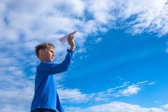 Jongen die Witboekvliegtuig werpen Royalty-vrije Stock Afbeelding
