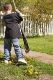 Jongen die yardwork doet stock afbeeldingen
